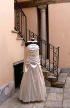 vestito da cerimonia bianco con drappeggio e stola e guanto