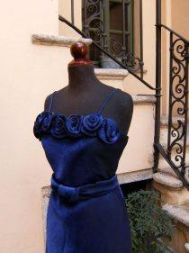 vestito da cerimonia blu con rose e stola
