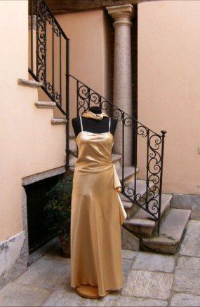 vestito da cerimonia color champagne con stola