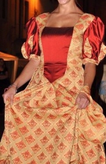 vestito damascato stile settecento con manica a palloncino bordeaux e ocra