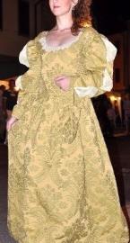 vestito damascato stile settecento ocra e verde salvia