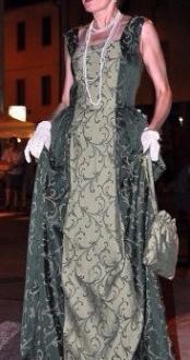 vestito damascato stile settecento smanicato colore verde scuro e chiaro con gala posteriore