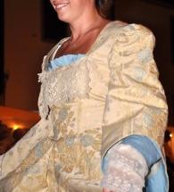 vestito damascato stile settecento panna chiaro e particolari in azzurro con manica lunga