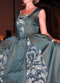 vestito damascato stile settecento smanicato verde scuro e oro