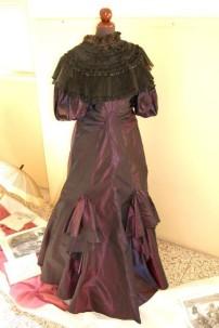 vestito da gran gala in taffetas cangiante vinaccia e mantellina fine 1800