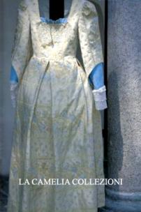 vestiti rinascimentali - vestiti stile 700 - vestiti in tessuto broccato - bicolore panna e manica azzurra - la camelia collezioni