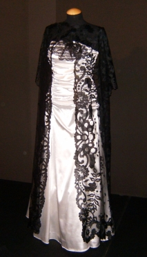 abito da sposa con stola lunga in pizzo chantilly