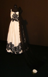 vestiti da sposa con pizzi bianchi e pizzo nero - la camelia collezioni per Lugano Sposi 2011