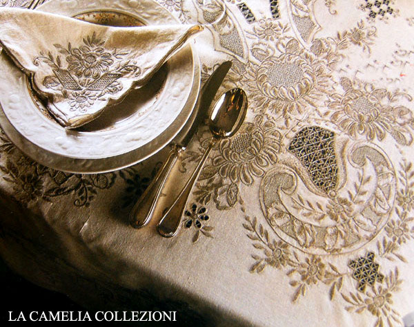 tovaglia in puro lino con ricami stile barocco a punto pieno ed inserti ad ago color fumè