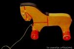 gioco in legno con cordicina forma cavallino - la camelia collezioni