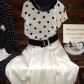 Moda del tempo libero anni 50 / 60 - gonna a pieghe bianca con blusa in crepe di seta bianca a pois blu scuro cappello in paglia e cinturone