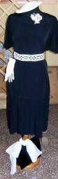 Moda del tempo libero anni 50 / 60-vestito blu con accessori in bianco