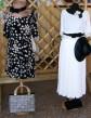 Moda del tempo libero anni 50 / 60 - vestito nero a pieghe a pois bianchi con accessori / gonna lunga bianca apieghe con blusa dettagli con ricamo e accessori in nero
