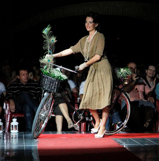 brand new 2d57d b0e70 Anni 40 – bellezze in bicicletta | La Camelia Collezioni