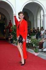 lingerie nera e vestaglia rossa 1
