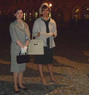 Ultima tappa con ritorno in Piazza Ducale : Ada Mombelli e Luisa, moglie del Micca - calzolaio di Vigevano