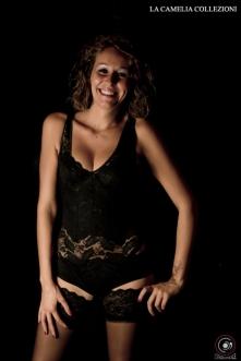 intimo d'epoca - corsetteria modellante composto da body in pizzo elasticizzato con ricamo tono su tono e calza autoreggente - la camelia collezioni