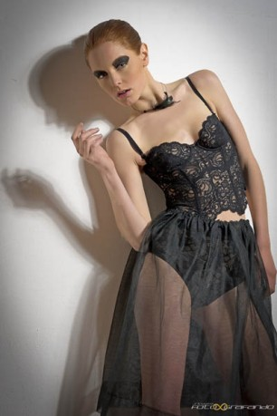 guepiere in pizzo broderie francese con stecche di balena con volant in chiffon nero e gonna in tulle