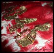 prima del restauro, segni evidenti di lacerazione su seta e particolare su lettere in lamina oro