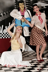 "shooting grease ""Sandy e Pink Lady"" con gonna a quadri bordeaux e panna, maglina mezze maniche e foulard al collo"
