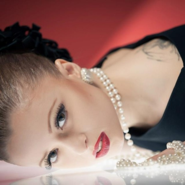 tubino aderente con piume perle e orecchini madreperla