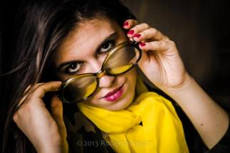 giacca mimetica autentica anni 70 con foulard giallo limone e occhiale autentico anni 70
