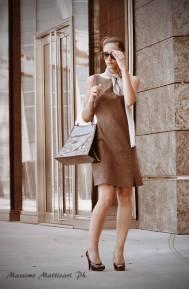abito svasato grigio, foulard e borsa design Pfister