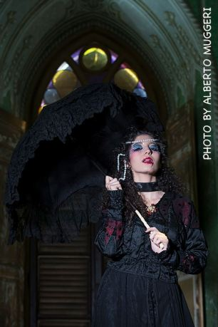 abito in pizzo macramè nero con strascico, ribordato in taffettas e tulle con ombrellino para sole in pizzo chantilly