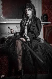"""blonde in filo di seta nero - giacchina in panno nero con intarsi in broccato veneziano fine 700 - sul davanti """"fiocchetti"""" con ricami ad ago"""
