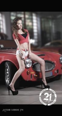 giacchina top rossa - hotpants con cintura e orecchini in pendant