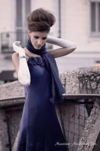 vestito da sera blu cangiante con stola e accessori in bianco la camelia collezioni