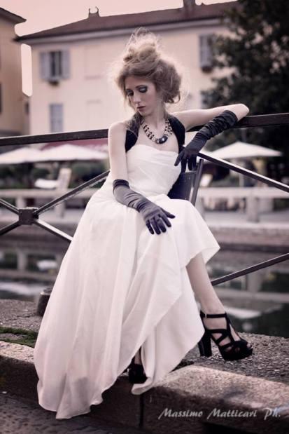 vestito bianco con applicazione perline/jaiss sul corpetto abbinato ad accessori in nero (taglia 42/44 regolabile) la camelia collezioni