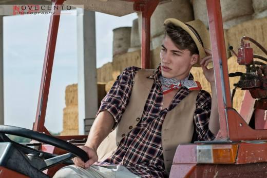 uomo country - uomo di campagna - con camicia a quadri e gilet - la camelia collezioni