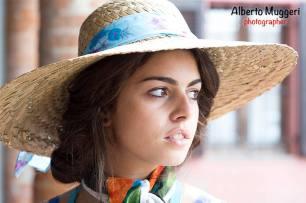 ragazze di campagna - cappello di paglia e foulard