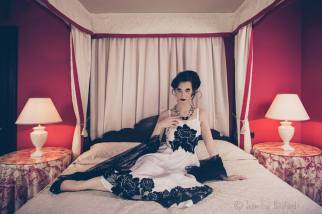 vestito bianco con applicazioni pizzo macramè e stola in pizzo nero - la camelia collezioni