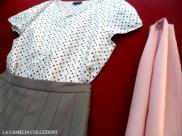vestiti a pois - blusa smanicata a pois con gonna a pieghe grigia e sciarpina rosa - la camelia collezioni
