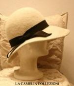cappello in panno bianco panna e grograin marrone scuro - collezione - la camelia collezioni