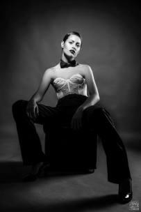 androgina-moda mascolina-panta raso nero e corpetto pizzo bianco con papillon 01 - la camelia collezioni