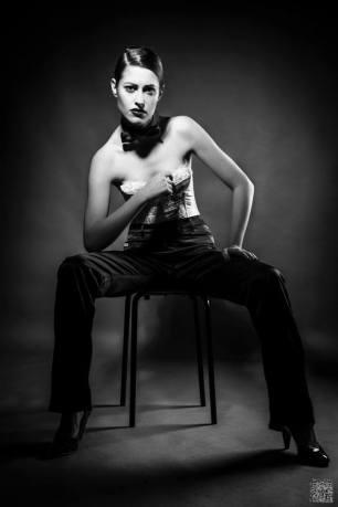 androgina-moda mascolina-panta raso nero e corpetto pizzo bianco con papillon 02- la camelia collezioni