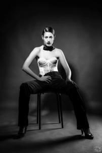 androgina-moda mascolina-panta raso nero e corpetto pizzo bianco con papillon 04 - la camelia collezioni