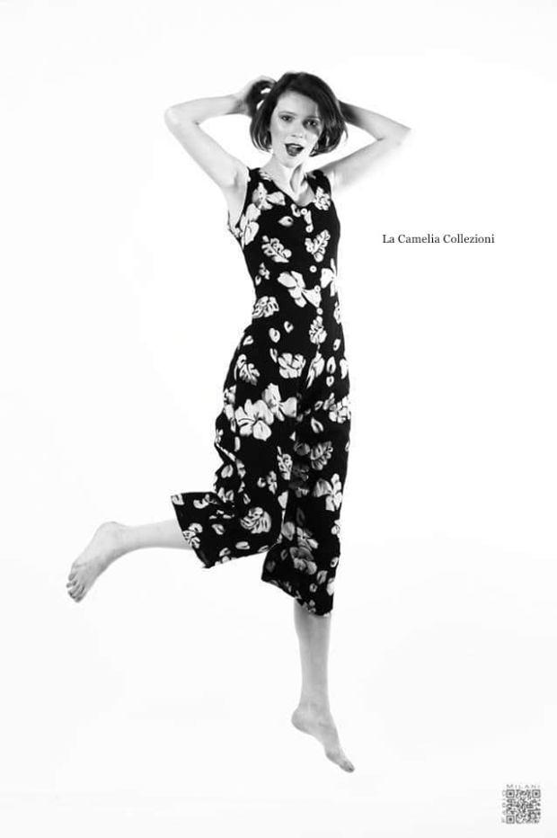 moda anni 70 - jumpsuit nera a fiori - la camelia collezioni
