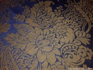 tessuto effetto damascato base blu disegno panna - tessuti a metro - la camelia collezioni