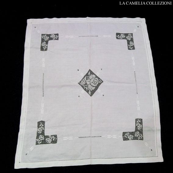 tovaglietta-copritavolo-in-lino-parcalle-ricamato-bianco-su-bianco-con-inserti-microfilet-cm-90-x-90-la-camelia-collezioni
