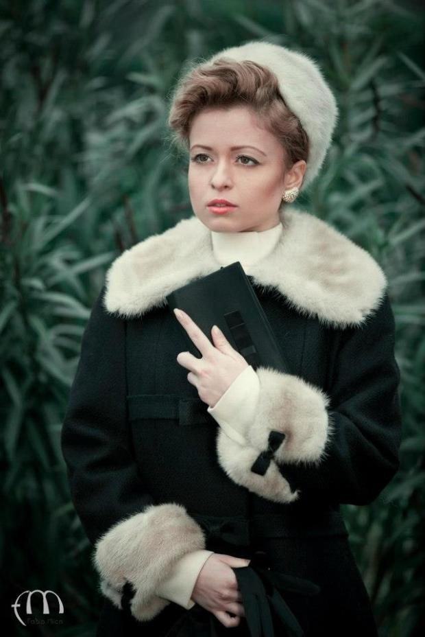 moda-anni-60-cappottino-pelliccia-e-cappello-toque-in-pelliccia-la-camelia-collezioni