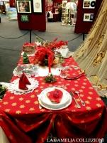 tavole natalizie - tavole imbandite - tovaglia rossa stelle oro - la camelia collezioni