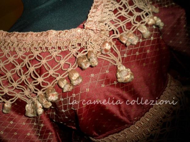 vestito in tessuto damascato con applicazione stile 700 - la camelia collezioni