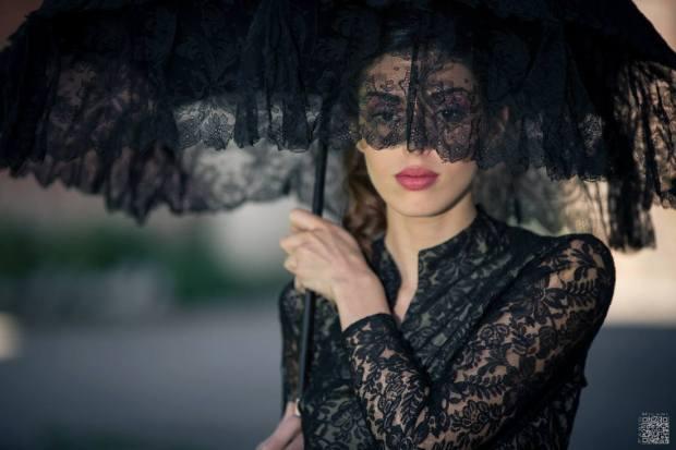 ombrellino- parasole -in- pizzo -chantilly -nero - manico- avorio - la- camelia- collezioni