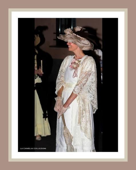 belle epoque - Abito composto panna con cappello chiffon rosa antico, stola in pizzo chantilly e accessori - la camelia collezioni