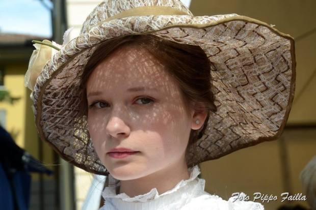 cappello a falda larga toni maron e fiore laterale - la camelia collezioni