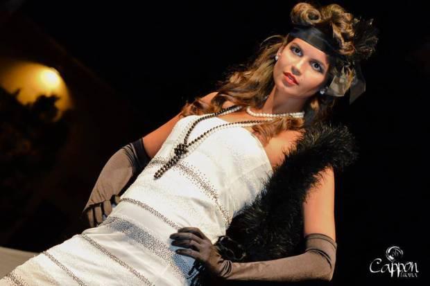 charleston flapper - moda anni 20 30  - vestito bianco con perline applicate e acconciatura a fascia - la camelia collezioni